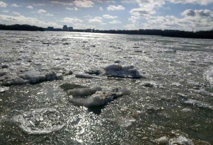 Спасатели сняли женщину со льдины около Омской крепости