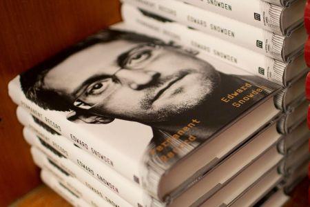 Власти США хотят отнять все гонорары у Сноудена