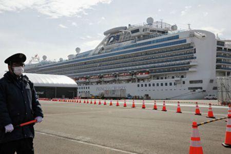 На круизном лайнере у берегов Японии с россиянами на борту умирают люди