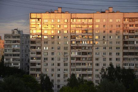 Почти половине россиян доходов хватает только на еду и одежду
