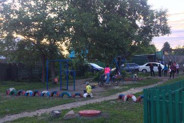 На войну с мэрией, которая хочет построить дорогу на месте детской площадки, вышли маленькие омичи